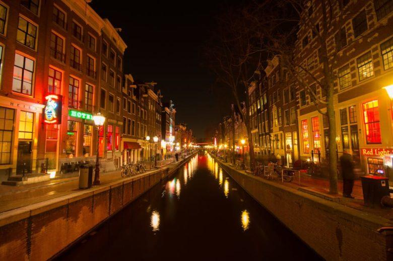 Амстердам достопримечательности, Квартал красных фонарей Амстердам, улица красных фонарей фото, что посмотреть, куда сходить, Голландия