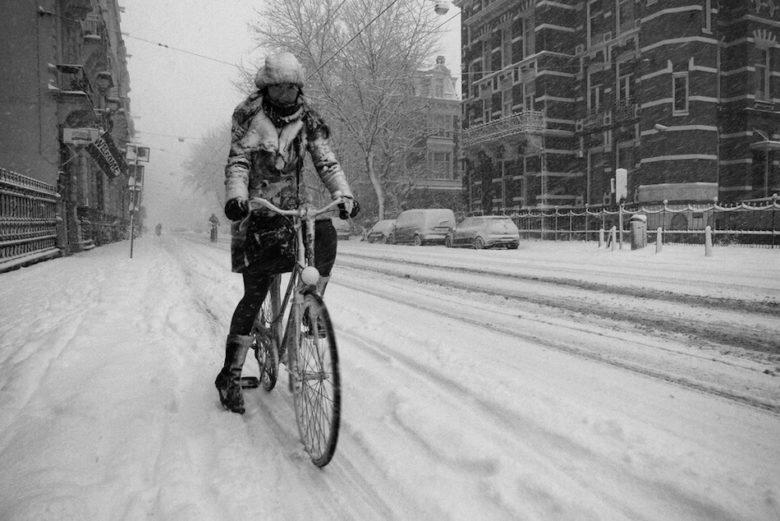 Погода в Амстердаме в январе. Снег и девушка на велосипеде