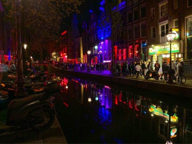 Улицы красных фонарей в Амстердаме ночью