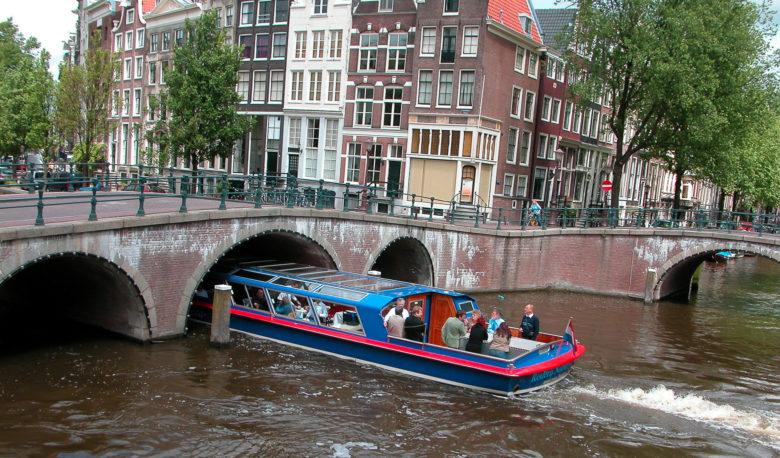 Круиз по каналам Амстердама - одна из обязательных экскурсий